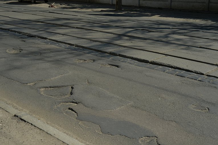 Ямы на дорогах и тротуарах киевского Подола