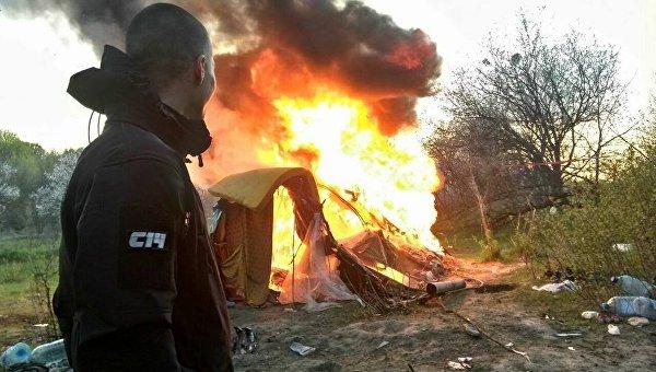ВКиеве националисты сожгли табор ромов ивыгнали его жителей