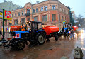 Поливочная техника на улице в Москве во время сильного дождя