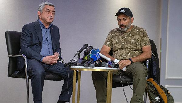 Премьер-министр Серж Саргсян (слева) и лидер протестного движения Мой шаг Никол Пашинян