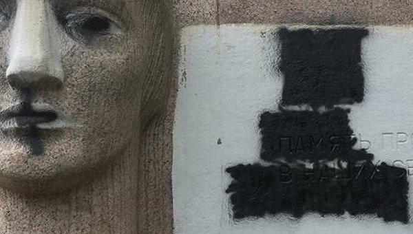 В Полтаве осквернили монумент Скорбящей Матери и памятник жертвам нацизма
