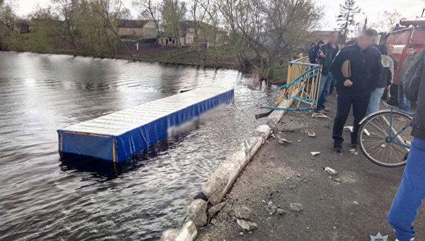 ВЧерниговской области фура вылетела вреку, необошлось без жертв