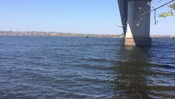 В Николаеве патрульные вытащили из воды девушку, прыгнувшую с моста