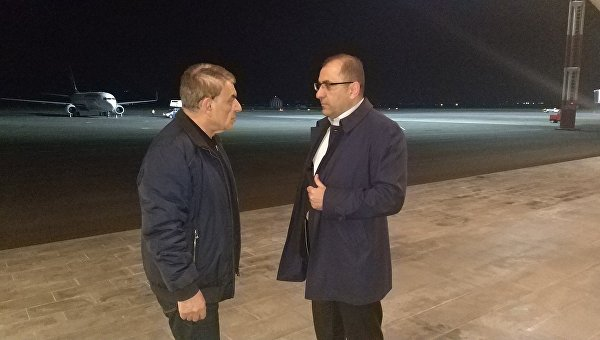 Спикер парламента Армении Ара Баблоян (слева) в аэропорту Еревана