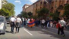 Собравшиеся в центре Еревана приветствуют отставку Саргсяна