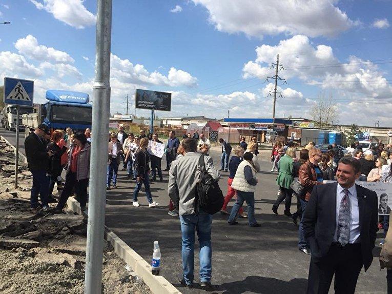 Жители Вишневого вышли на акцию протеста и перекрыли трассу