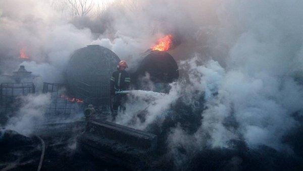 В Черкассах спасатели тушат пожар на складе автопокрышек