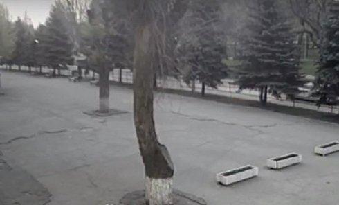Момент столкновения автомобиля, маршрутки и автобуса в Кривом Роге