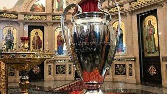 Президент Федерации футбола Украины Андрей Павелко привез Кубок Лиги Чемпионов УЕФА в церковь
