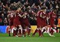 Игроки ФК Ливерпуль празднуют победу над Ромой