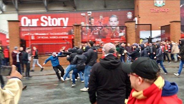 Момент нападения фанатов Ромы на людей в Ливерпуле