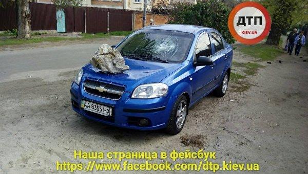 ВКиеве намашине приземлился «метеорит»