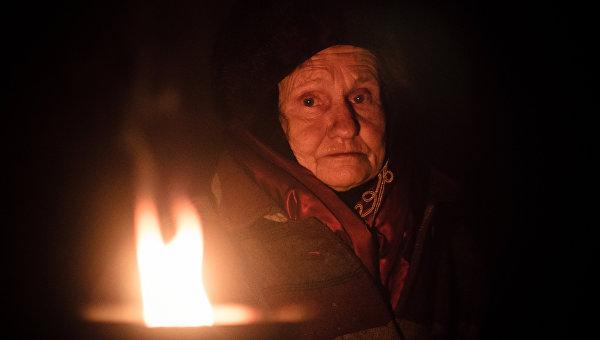 Жители поселка Марьинка Донецкой области в бомбоубежище