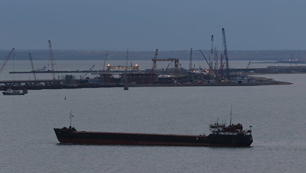 Российское судно в районе строительства моста через Керченский пролив