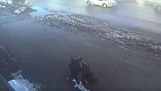 Тамбовский воришка растерял деньги, когда убегал с места кражи. Видео