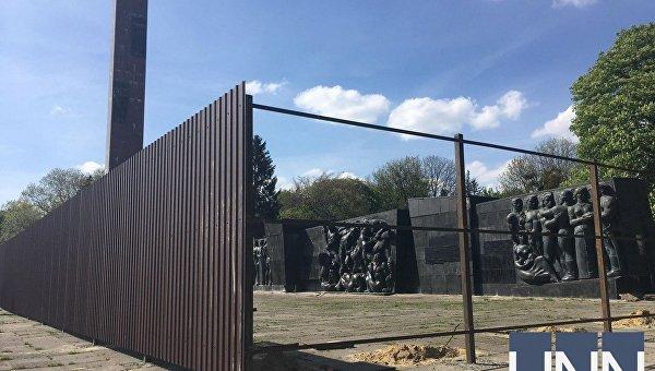 Монумент славы на улице Стрыйской во Львове обнесли забором