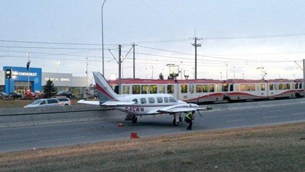 Самолет сел на автростраду в Калгари (Канада)