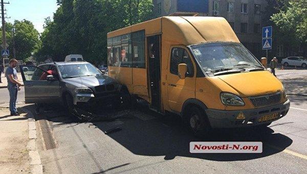 На месте столкновения маршрутки и BMW в Николаеве