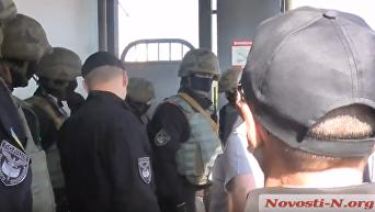Кувалда в помощь. Появилось видео визита силовиков в николаевский порт. Видео