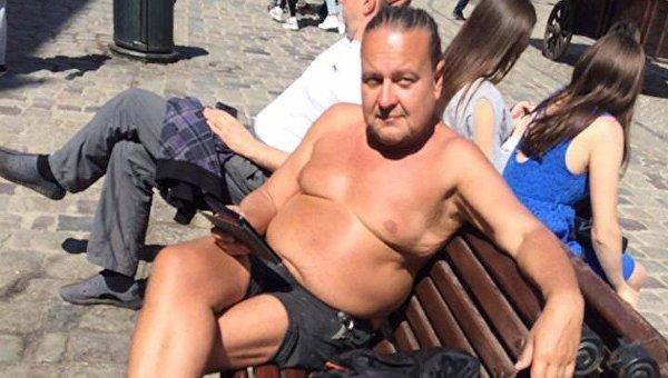 В центре Львова заставили одеться голого туриста