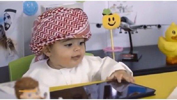 Годовалый малыш работает специалистом по счастью в аэропорту Дубая