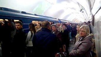 Давка на станции киевского метро Вокзальная после задымления вагона на Шулявской