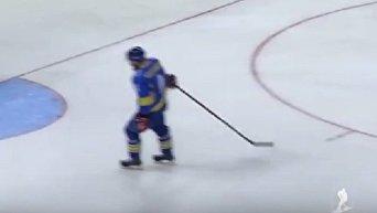 Украинский хоккеист забил шайбу в свои ворота через все поле