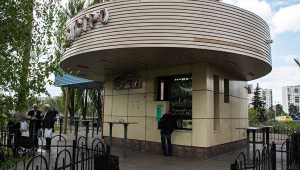 В Киеве на станции метро Черниговская в кафе Бистро мужчина подавился салом и умер