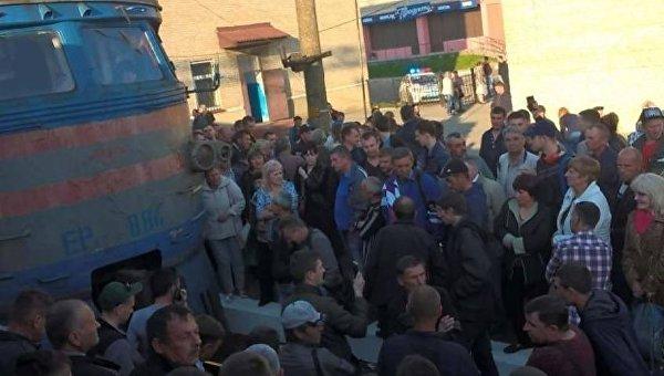 Во Львове возмущенные пассажиры заблокировали движение электричек