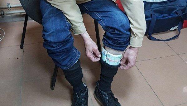 На границе с Россией задержан украинец, который спрятал 25 тысяч евро в носках