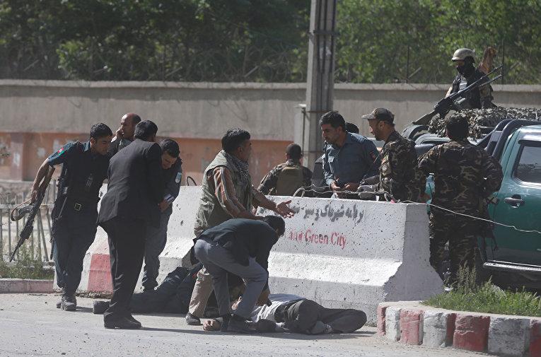 На месте взрыва в Кабуле, столице Афганистана, 30 апреля 2018