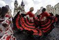Участники Всемирного фестиваля цыганского танца в историческом центре Праги
