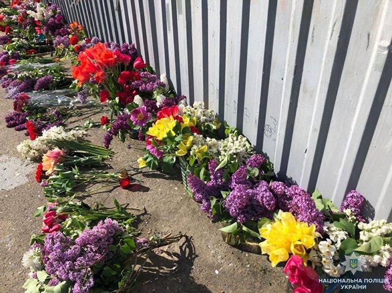 Цветы у Дома профсоюзов в Одессе, где в 2014 году погибли 48 человек