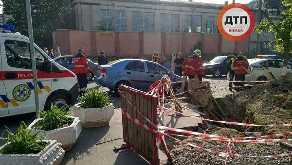 Авто провалилось на месте ремонтных работ в Киеве