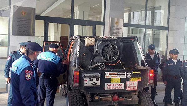В Ереване протестующие заблокировали входы в несколько министерств