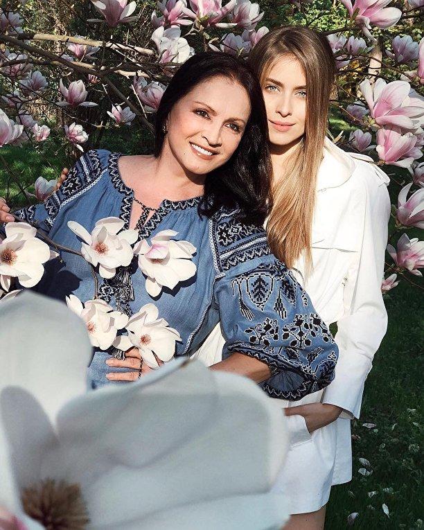 Ротару показала семейную фотосессию на фоне киевских магнолий