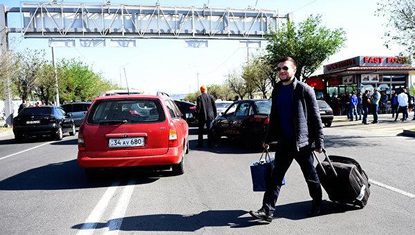 Пассажиры идут сотни метров пешком в Армении