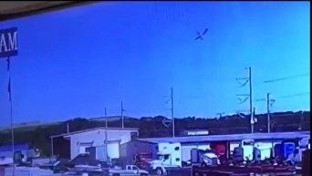 Момент падения военного самолета в американском штате Джорджия