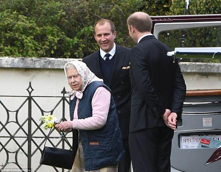 Елизавета II прилетела познакомиться с правнуком на вертолете