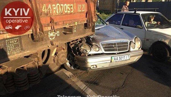 В Киеве Mercedes врезался в вагон с танком