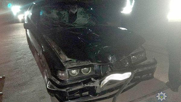 Автомобиль BMW, который сбил двух мужчин на остановке в Хмельницком