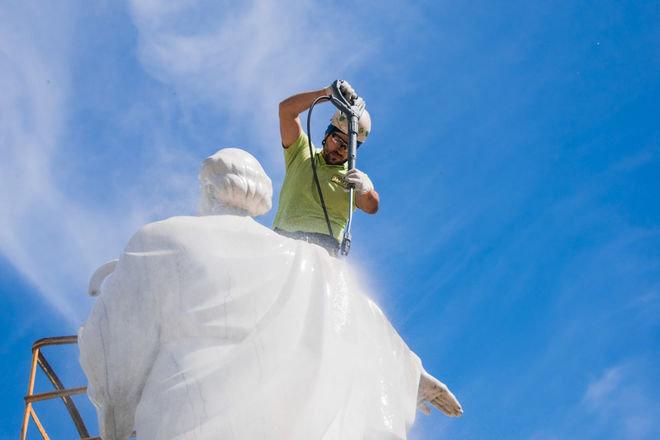 В Киеве помыли главные памятники города