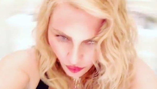 Мадонна на странном видео