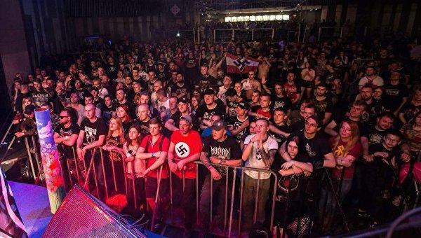 Концерт в Киеве, на который пришли сторонники неонацистских взглядов с атрибутикой Третьего рейха