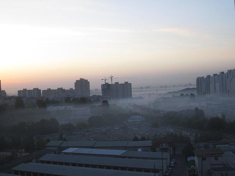 Смог над Виноградарем и Ветряными горами в Подольском районе Киева