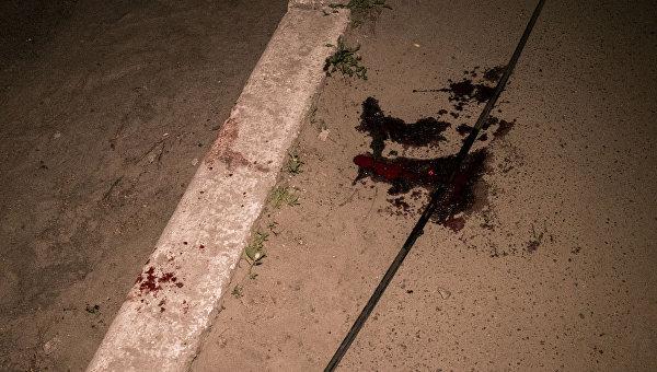 Лужа крови на месте взрыва гранаты в Киеве