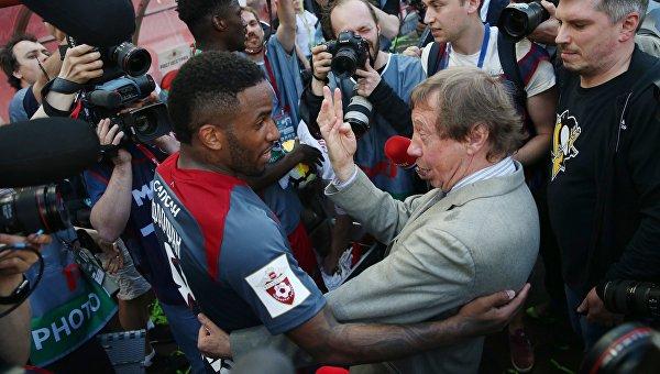 Игрок ФК Локомотив Джефферсон Фарфан (в центре слева) и главный тренер ФК Локомотив Юрий Семин (в центре справа)