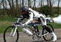 Гонщик Франсуа Жисси на реактивном велосипеде