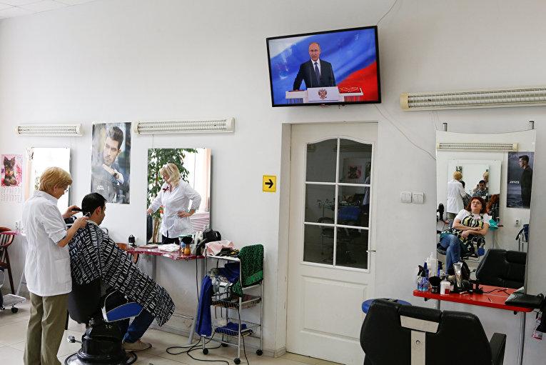 Жители Ставрополя смотрят трансляцию церемонии инаугурации избранного президента России Владимира Путина