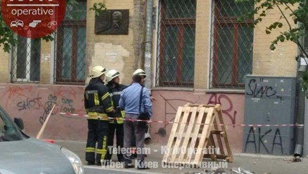 Обрушение части фасада дома в Киеве